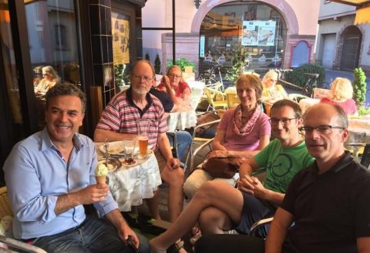 Auf ein Eis – zwei Kugeln Grüner Apfel - traf sich der Grüne Bundestagskandidat Memet Kilic mit Wählern im Café Roma